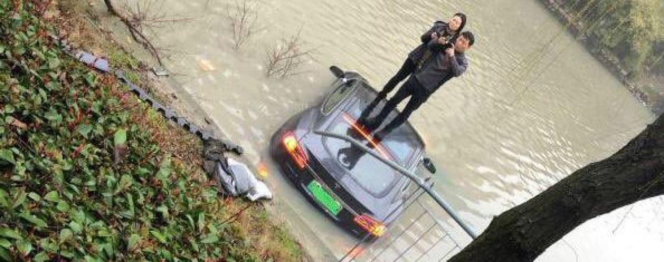 Неуправляемая Tesla Model S вылетела в реку в Китае