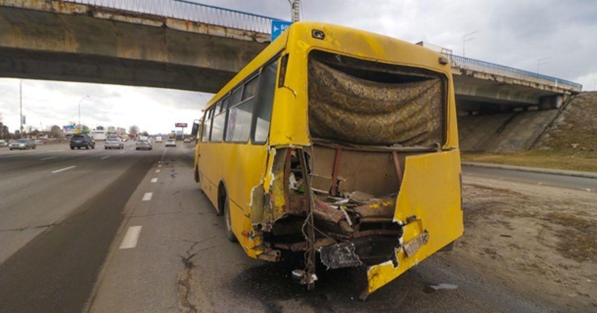 У Києві евакуатор влетів у маршрутку