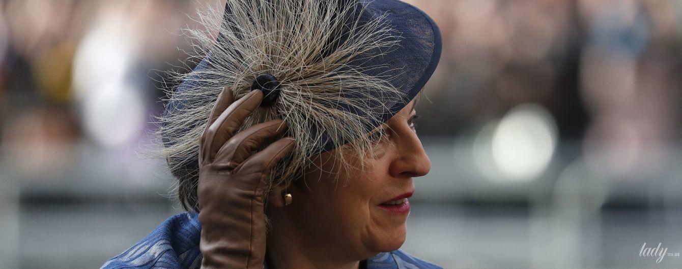 Теперь в шляпе: Тереза Мэй приехала на службу в экстравагантном образе