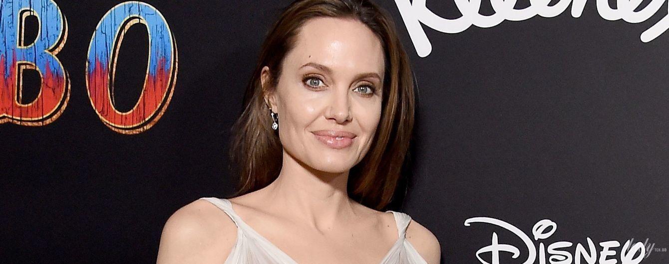 В белом платье и в окружении детей: Анджелина Джоли на премьере фильма в Лос-Анджелесе
