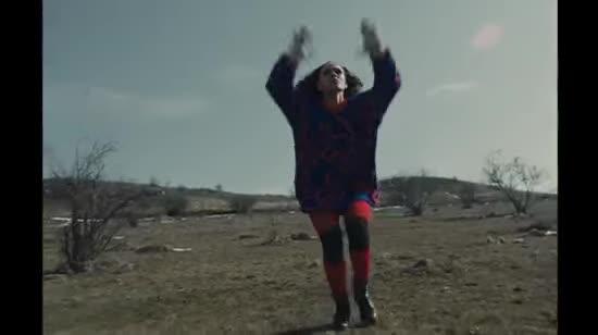 Невпізнавана Саніна з перебинтованими руками емоційно станцювала у новому кліпі