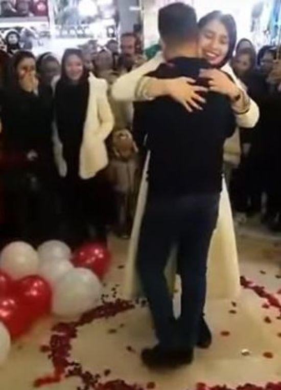 У Ірані хлопець освідчився коханій посеред натовпу. Пару одразу заарештували