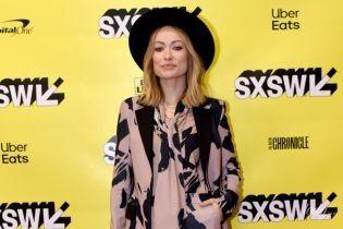 В костюмі та капелюсі: стильна Олівія Вайлд сходила на прес-конференцію в Техасі