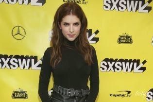 У шкіряній спідниці і пітонових ботильйонах: стильна Анна Кендрік на кінофестивалі в Техасі