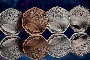 В Британии запустили в обращение золотые монеты с черной дырой Хокинга