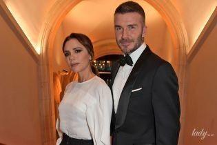У чорно-білому вбранні і яскравих туфлях: Вікторія Бекхем із чоловіком Девідом відвідали гала-прийом