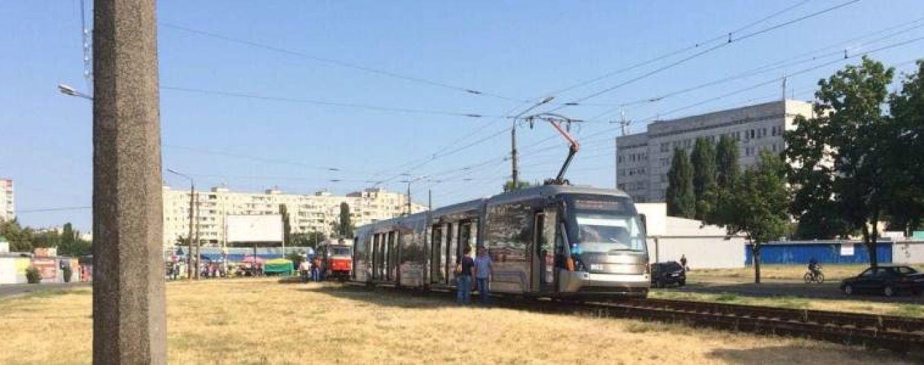 В Киеве на Борщаговке сошел с реек скоростной трамвай