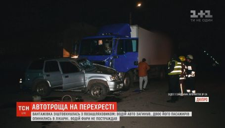 Вантажівка зіткнулась з позашляховиком у Дніпрі: один загиблий