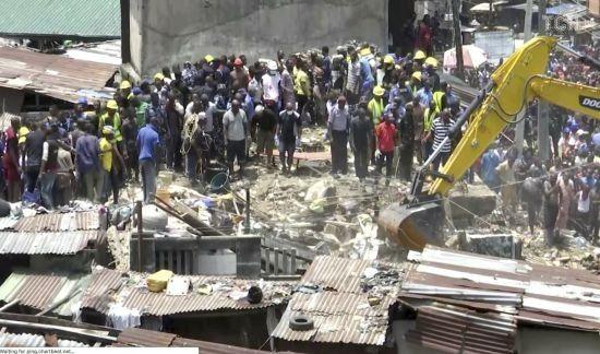 У найбільшому місті Нігерії обвалилась школа: щонайменше десяток учнів опинились у кам'яній пастці