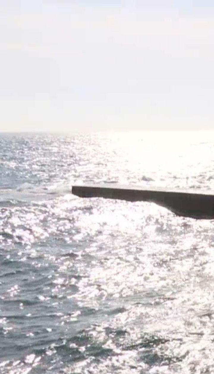 В Одессе прохожий спас женщину с ребенком, коляску которого ветер швырнул в море