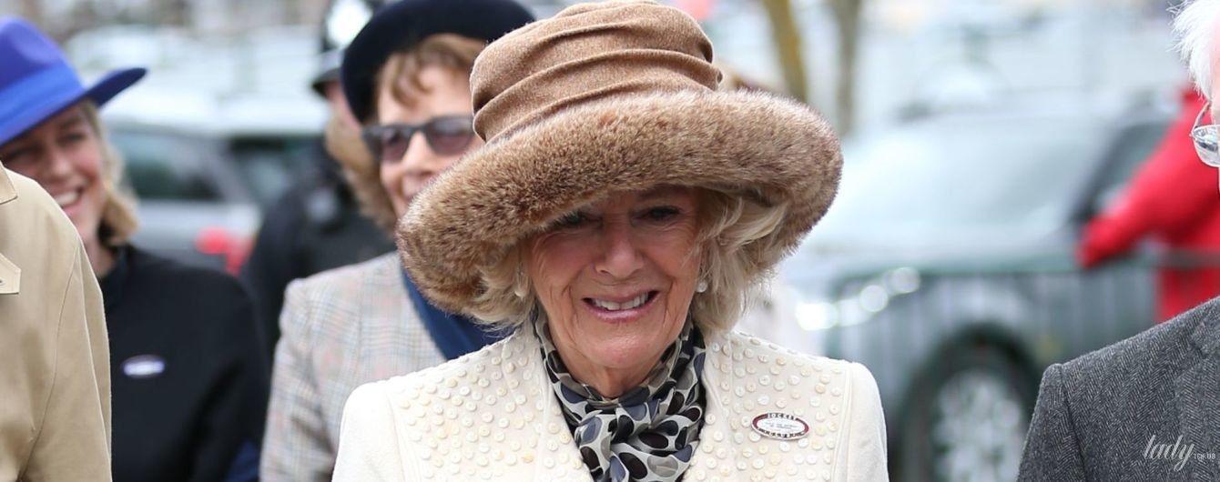 В белом пальто и меховой шапке: эффектная герцогиня Корнуольская приехала на скачки