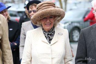В білому пальті та хутряній шапці: ефектна герцогиня Корнуольська приїхала на скачки