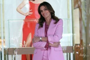 Какая стильная: Синди Кроуфорд в сиреневом костюме приехала на открытие бутика