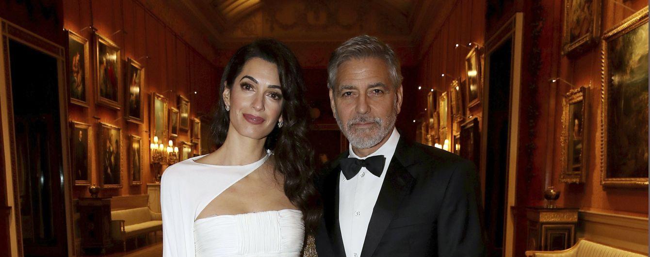 Елегантні Амаль та Джордж Клуні стали почесними гостями у Букінгемському палаці
