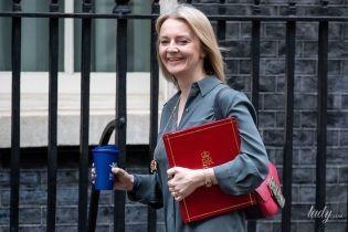 В платье-рубашке и на шпильках: новый образ главного секретаря казначейства Великобритании