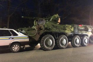 В Киеве неуправляемый БТР протаранил автомобиль военной инспекции