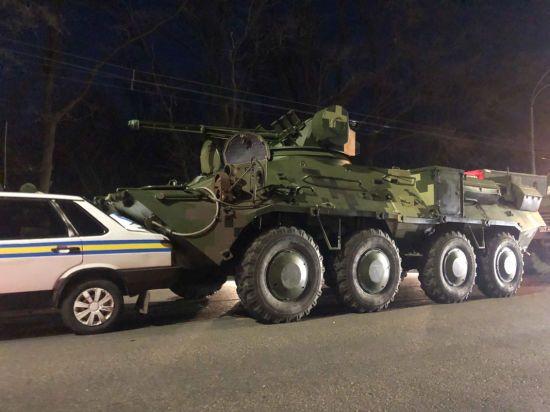 У Києві некерований БТР протаранив автомобіль військової інспекції