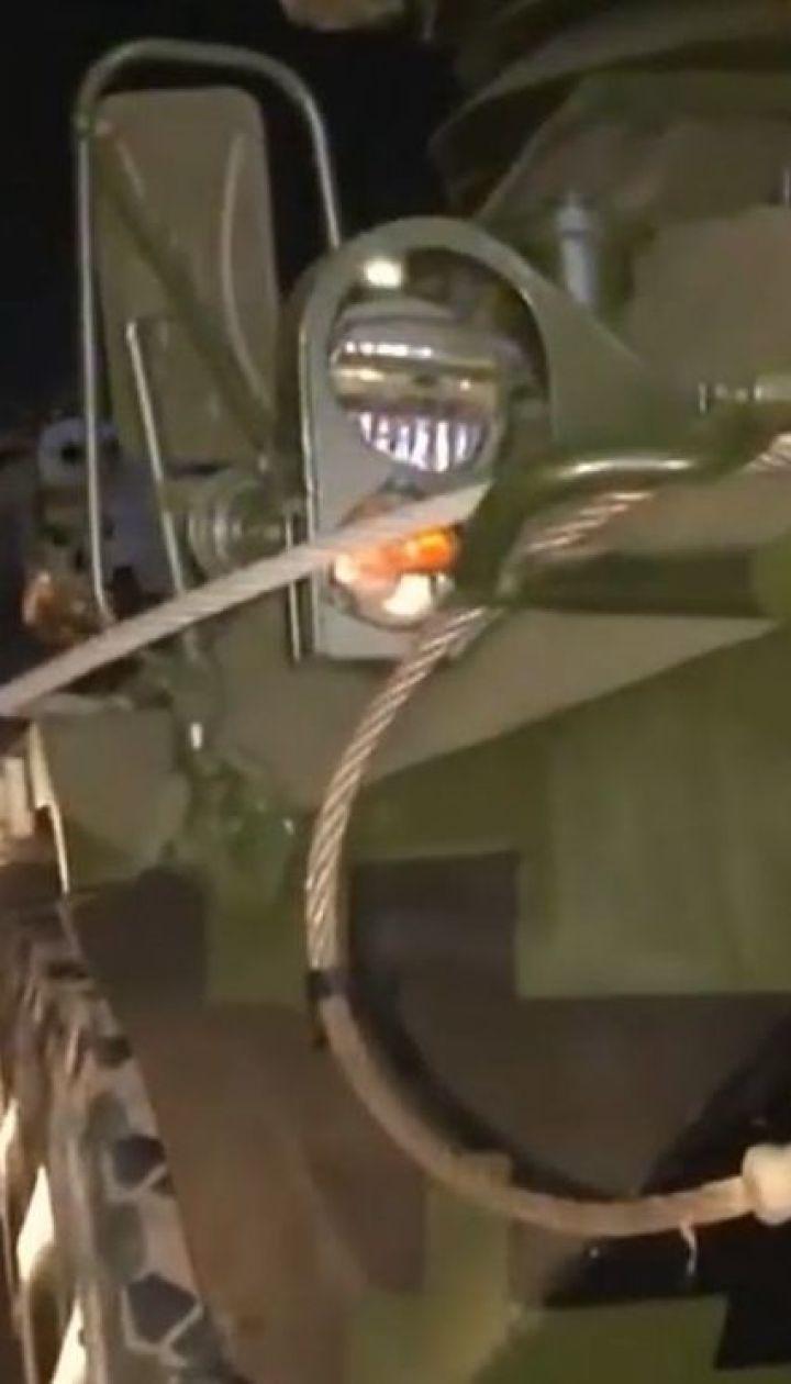 У столиці некерований БТР протаранив автомобіль військової інспекції