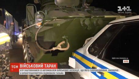 В столице неуправляемый БТР протаранил автомобиль военной инспекции