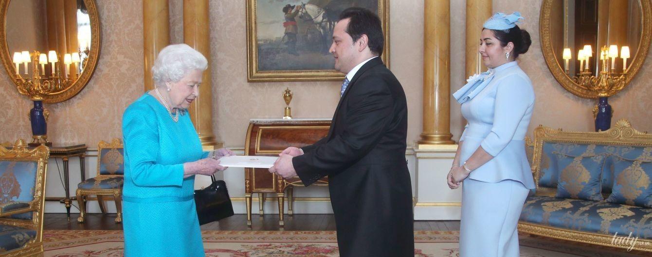 В яскравій блакитній сукні: королева Єлизавета II на аудієнції у палаці
