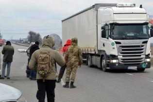 """Пункт пропуску """"Ужгород"""" частково закриють для вантажівок"""