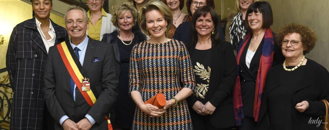 В элегантном наряде и с ярким клатчем: королева Матильда на деловом мероприятии