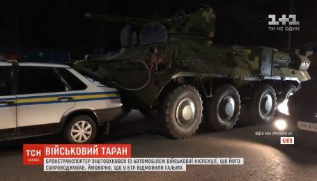 В Киеве бронетранспортер столкнулся с автомобилем военной инспекции