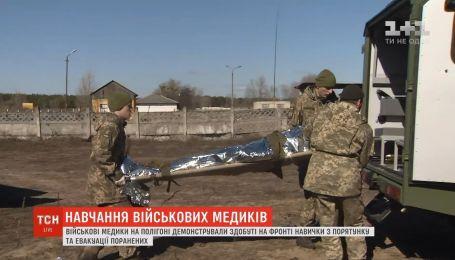 Военные медики на полигоне показали, как эвакуируют раненых на фронте