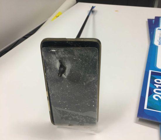 Австралієць дивом врятувався від стріли, закрившись від неї смартфоном