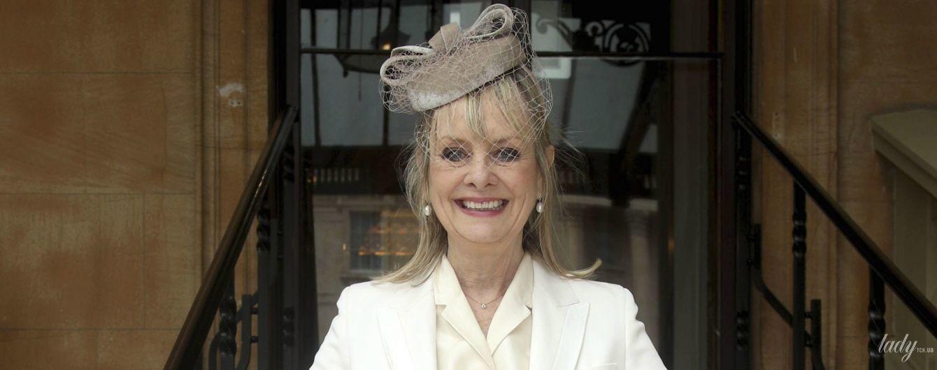 У білому костюмі та капелюсі з вуаллю: легендарна Твіггі отримала орден з рук принца Чарльза