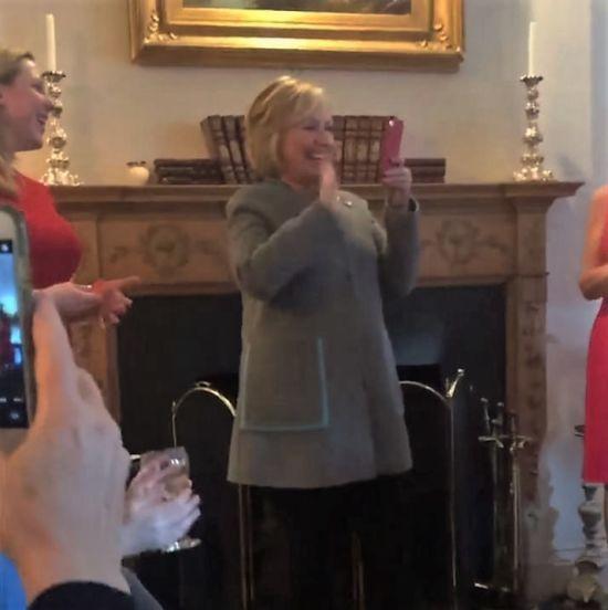 Гілларі Клінтон просто посеред виступу поговорила із онуками у відеочаті
