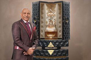 Самые дорогие в мире: двухметровый флакон духов хотят продать за 1,3 млн долларов