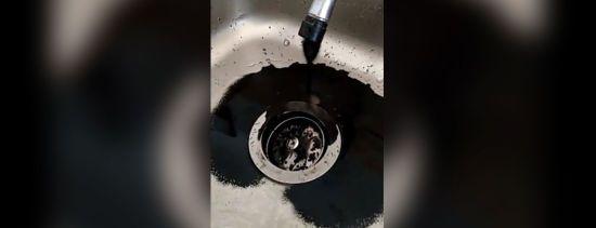 Наслідки блекауту: у венесуельців замість води з кранів потекла чорна рідина