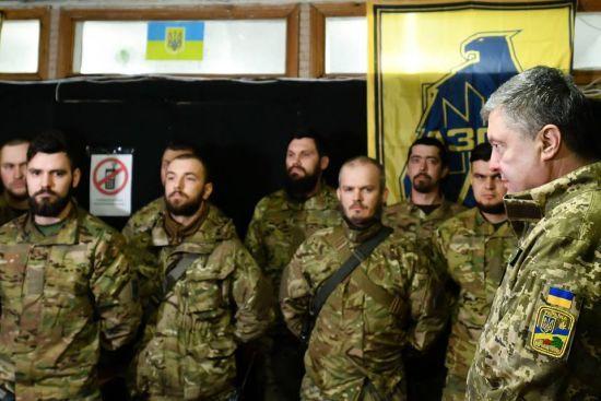 """Порошенко зустрівся з """"азовцями"""" на лінії фронту"""