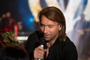 В стильном костюме и с распущенными волосами: Олег Винник поделился снимками с концерта
