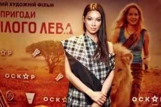 В тренде: Полина Логунова в клетчатом наряде посетила премьеру фильма