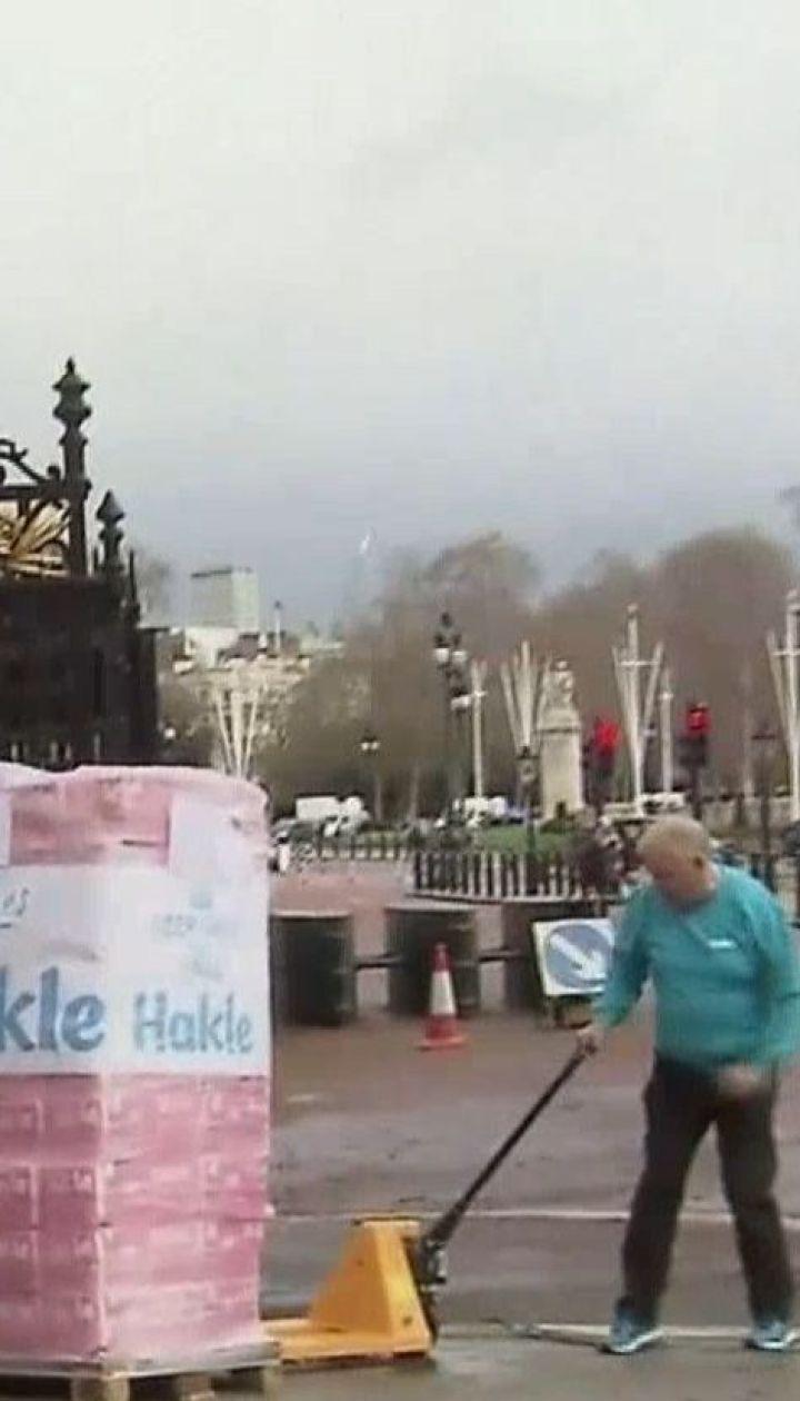 Німецька компанія подарувала королеві Великої Британії півтори тисячі рулонів туалетного паперу