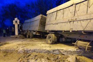 В Днепре зерновоз протаранил легковушку и вылетел с дороги, разрушив вентиляционную систему метро