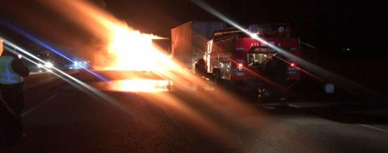На трасі Київ-Одеса спалахнула вантажівка, рух транспорту заблоковано