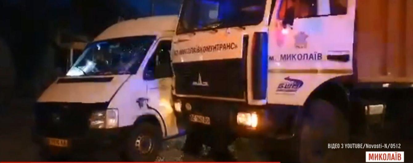 В центре Николаева заполненная людьми маршрутка протаранила мусоровоз