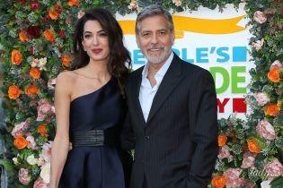 В комбинезоне и с леопардовым клатчем: Амаль Клуни с мужем на благотворительном мероприятии