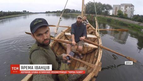На Прикарпатье энтузиасты строят настоящую средневековую лодку