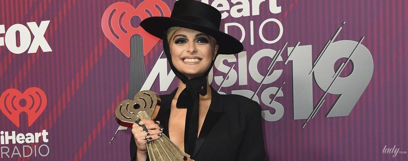 Смело: 29-летняя американская певица пришла на светскую церемонию в комбинезоне с откровенным декольте