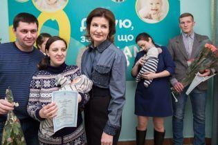 В джинсовой рубашке и юбке-карандаше: Марина Порошенко с рабочим визитом в Сумской области