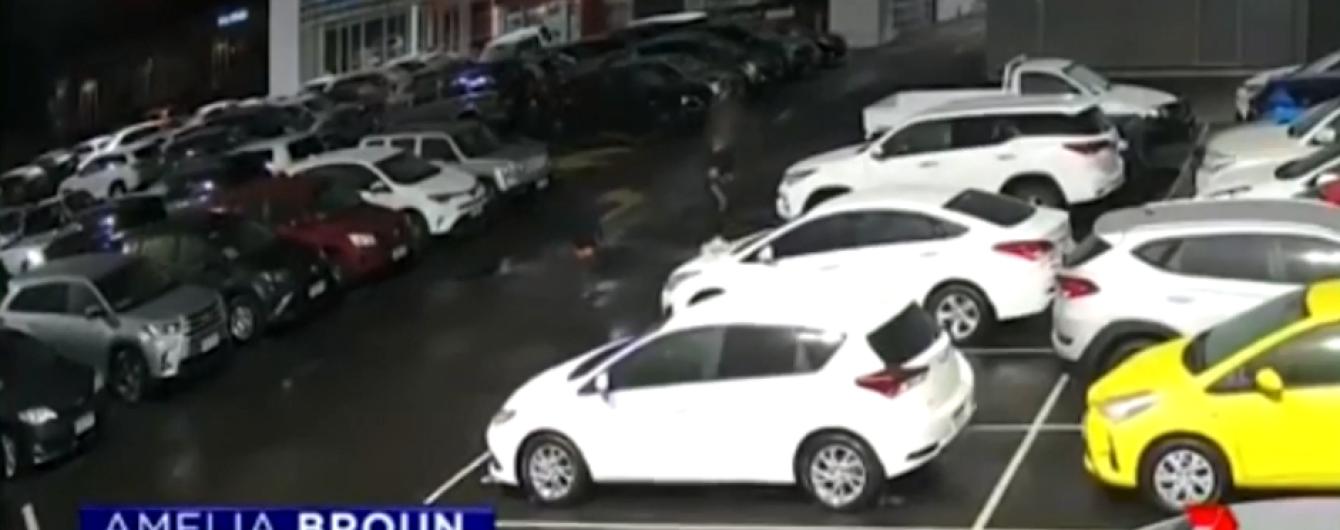В Австралии подростки разбили 40 новых Toyota возле автосалона. Видео