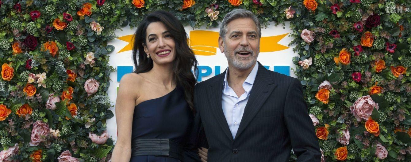 Счастливые Джордж и Амаль Клуни, держась за руку, посетили благотворительное мероприятие