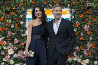 Щасливі Джордж та Амаль Клуні, тримаючись за руку, відвідали благодійний захід