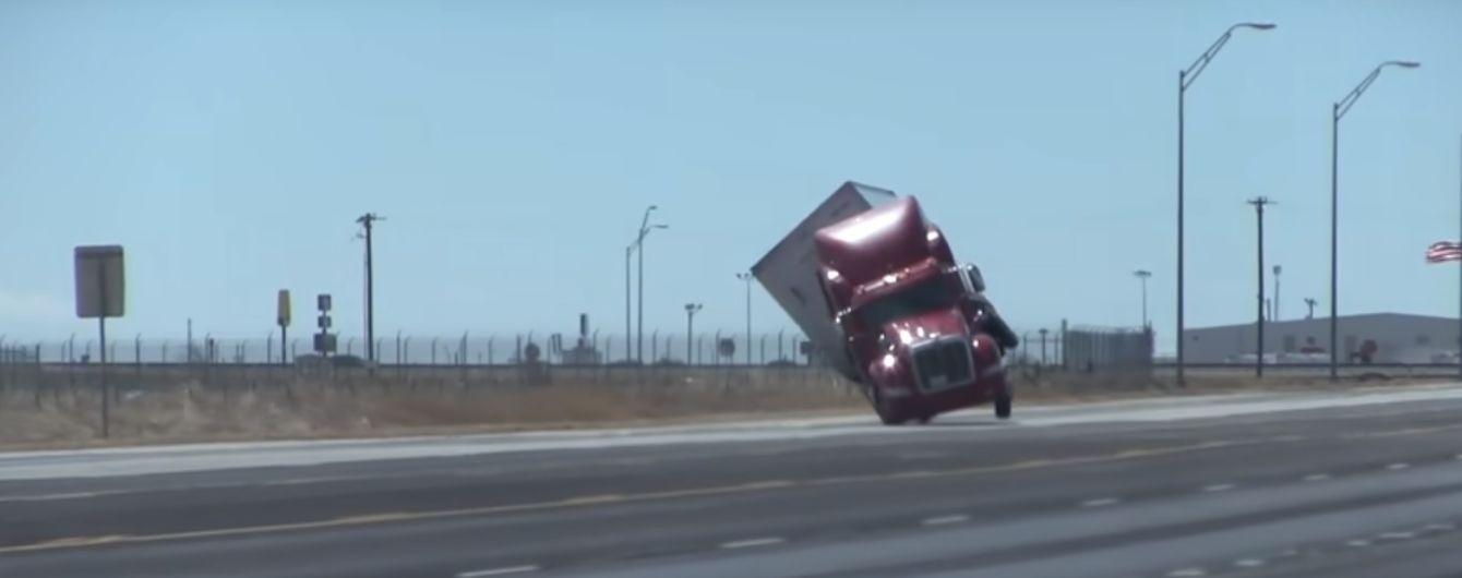 Шквальный ветер сдул грузовик в США