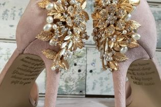 Британка знайшла зворушливе послання на весільних туфельках від загиблої матері