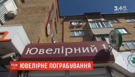 Неизвестные с автоматами ограбили ювелирный магазин в Борисполе